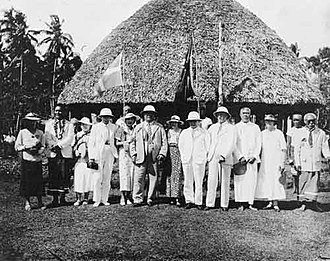 Safune - Olaf Frederick Nelson (middle, sixth from left) with his daughters on their return to Samoa from exile in New Zealand, 1933