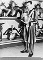 Wapenbewaarder in de wapenkamer met een helm van het groot gala in de hand, Bestanddeelnr 190-0978.jpg