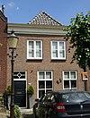 foto van Huis onder schilddak en met eenvoudige lijstgevel, met vier- en zesdelige schuiframen