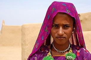 Jeune femme musulmane photographiée dans le désert du Thar, près de Jaisalmer, dans l'État indien du Rajasthan. (définition réelle 2892×1908)