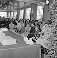 Zaal met zittende mensen, de vrouwen en de kinderen gescheiden van de mannen, Bestanddeelnr 255-8517.jpg