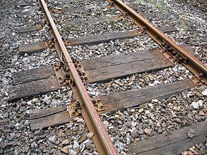 Česky: Dřevěné železniční pražce a koleje