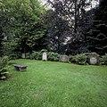 Zicht op grafstenen in de tuin van Huis Verwolde - Laren - 20424293 - RCE.jpg