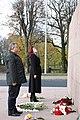 Ziedu nolikšanas ceremonija pie Brīvības pieminekļa par godu Gruzijas parlamenta priekšsēdētāja vizītei Latvijā (10668295965).jpg