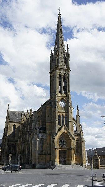 Église st-Leger de Sedan et en arrière plan le lycée Jean-Baptiste Léger.