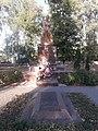Братська могила радянських воїнів і пам'ятний знак воїнам-землякам Яреськи 01.jpg