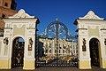 Главная улица Кремля ведёт к Губернаторскому дворцу, спрятавшемуся за ажурными воротами. Казань, Татарстан.jpg