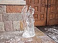 Ледяной ангел у входа в Церковь Рождества Пресвятой Богородицы - panoramio.jpg