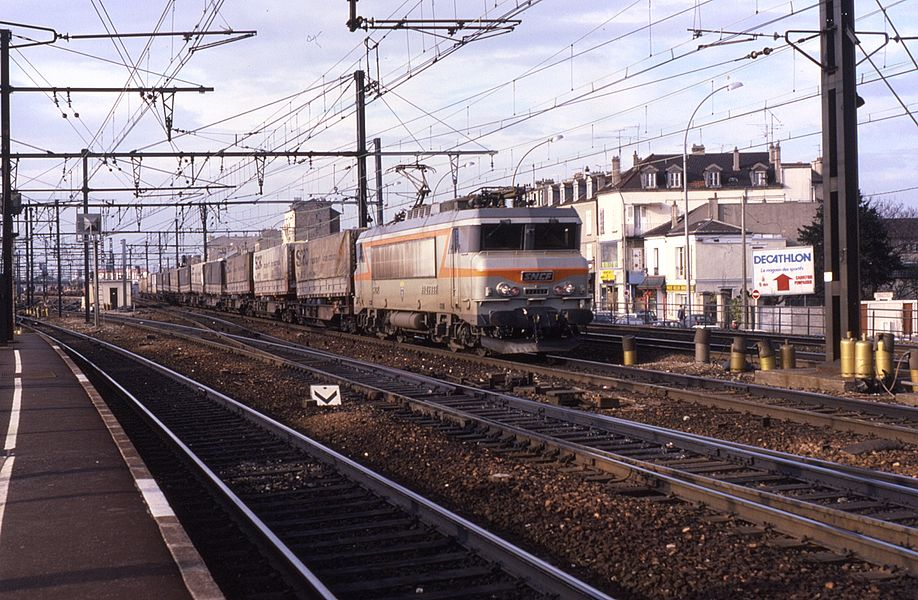 Seen passing through Villeneuve-St-Georges to the south of Paris is dual voltage loco BB22392 on a freight working. Photo taken on 8 April 1987.