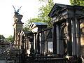 081 Cementiri de Vyšehrad, al fons el panteó dels il·lustres.jpg
