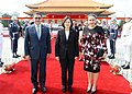 10.03 總統與宏都拉斯共和國葉南德茲(Juan Orlando Hernández)總統伉儷於「軍禮歡迎儀式」後合影 (30046726736).jpg