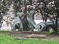1170 Rötzergasse 47 - Kindergarten - Bronzeplastik Kämpfende Hähne von Herbert Schwarz 1963 IMG 5045.jpg