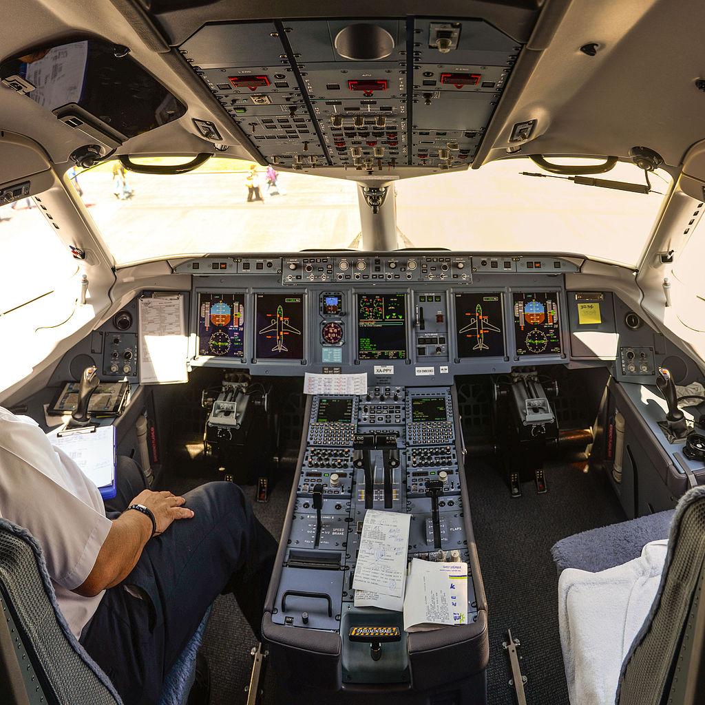 مصر وروسيا توقعان مذكرة تفاهم لتوريد الطائرات المدنية سوخوى سوبرجيت 100   1024px-15-07-14-Suchoj-Superjet-100-RalfR-WMA_0547-0550