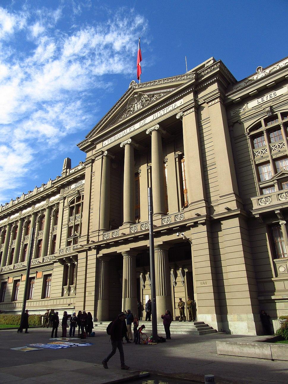2017 Santiago de Chile - Fachada del edificio de los Tribunales de Justicia