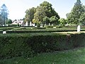 20 Méricourt jardin devant l'église et le château haies de buis. Vue sur le château.jpg