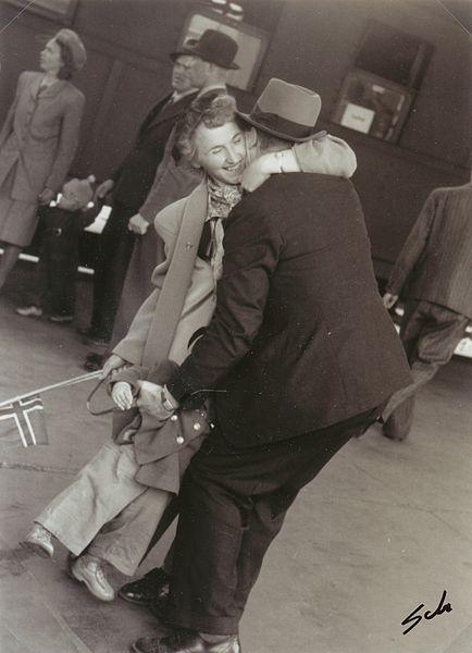 File:9 Mai 1945 - Falstadfangene vender hjem - Liberated political prisoners returns home from Falstad concentration camp (3807219965).jpg