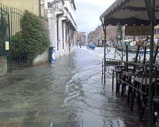 Venezia: la fondamenta Venier allagata. La particolare conformazione della laguna di Venezia e gli effetti della subsidenza, combinati alla particolare configurazione urbana dei centri della laguna, rendono particolarmente vistoso il fenomeno dell'acqua alta.