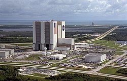 The Vehicle Assembly Building (center) in 1999, with the Launch Control Center jutting out from its right, and Pads 39A and 39B in the distance.