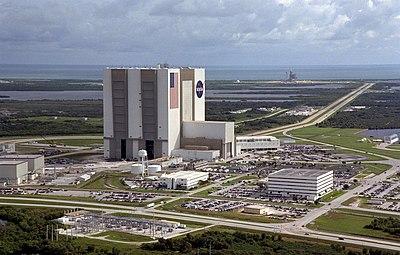 Veduta aerea del Launch Complex 39. In primo piano il VAB, in fondo a destra la rampa 39A, subito sopra il VAB si nota appena la rampa 39B. Fonte:NASA