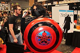 Cosplayer van Winter Soldier met HYDRA-schild tijdens New York ComicCon, 2014.