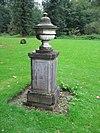foto van Twee vazen op het L-vormige grasveld in het zuidelijke parkdeel