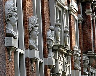 Huis met de Hoofden - The heads on the façade