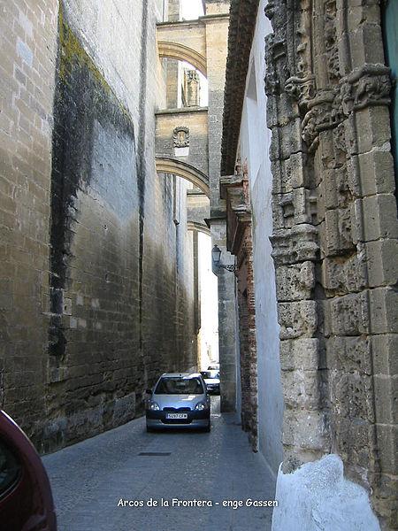File:Arcos de la Frontera enge Durchfahrt.jpg