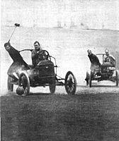 Aŭtopoloistoj postkuras unu la alian laŭ la kampo en foto (1913) proksime de la Revuo de Collier