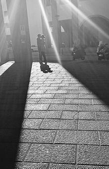 Una coppia si bacia nei pressi dell'Università di Firenze