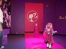 nias vestidas como museo a barbie desfile de moda infantil