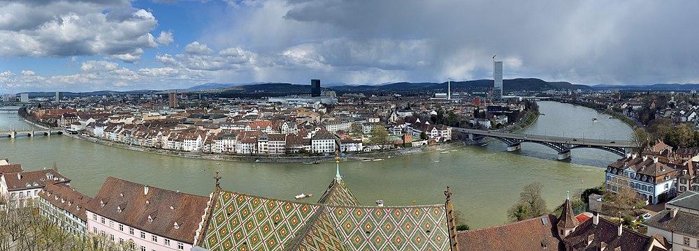Panorama Basel – Blik fra Martinstårnet i Basler Münster mod Kleinbasel og Rhin-knæet. I midten ses Messetårnet.