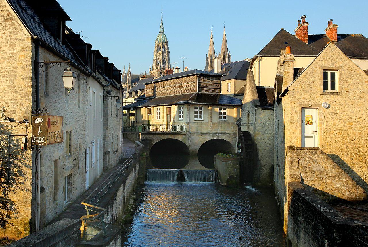 Le centre historique, la cathédrale Notre-Dame, l'Aure et l'office de tourisme.