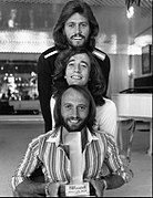 Photographie publicitaire des Bee Gees pour l'émission « Billboard #1 Music Awards », datant de 1977.