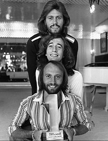 Bee Gees (1977). (shora dolů: Barry, Robin a Maurice)