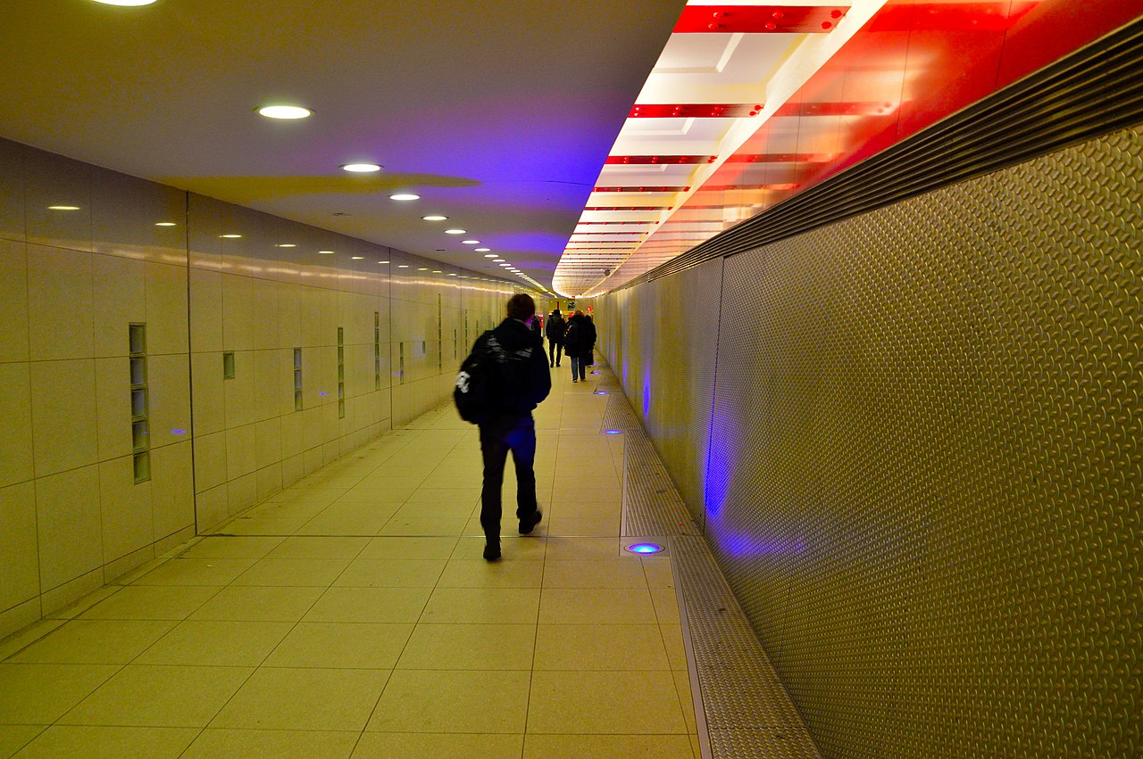 Berlin connecting pedestrian tunnel - Maeusetunnel.jpg