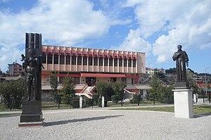 Lezhë - Image: Biblioteka Lezhë Bibliotekat Publike panoramio