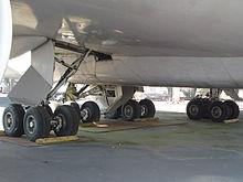 Vista di dettaglio dei 4 carrelli di atterraggio principali del prototipo di 747 per un totale di 16 ruote