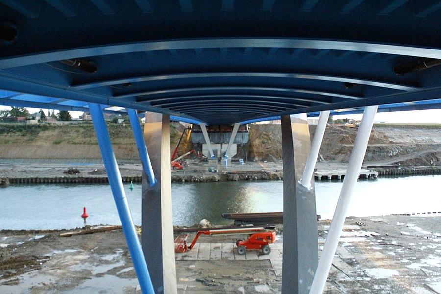 Onderzijde van de nieuwe brug bij Briegden (Lanaken) over het Albertkanaal.