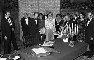 Guestbook - Hussein of Jordan signs the Golden Book of Hamburg.