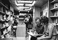Bundesarchiv Bild 183-J0904-0024-001, Dresden, Bibliothekswagen, Innenansicht.jpg