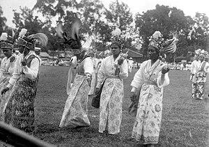 Ambonese - Image: COLLECTIE TROPENMUSEUM Ambonese danseressen op koninginnedag T Mnr 10028192