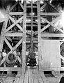 COLLECTIE TROPENMUSEUM Astra-boorkraan een moderne spoelboring berekend voor zeer grote diepten de beitel wordt ingelaten TMnr 10006902.jpg