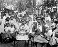 COLLECTIE TROPENMUSEUM Een Minangkabau bruidspaar met gasten West-Sumatra TMnr 10002973.jpg