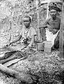 COLLECTIE TROPENMUSEUM Vrouw van Timor ikat wevend aan een heupweefgetouw TMnr 10005964.jpg