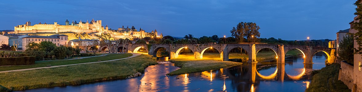 Fortified city of Carcassonne (Cité de Carcassonne) and the old bridge (Vieux pont) at dusk, seen from the new bridge (Pont neuf).