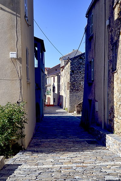 Casanova (Centre Corse) - La rue principale du vieux village.  Camera location  42°15′14.47″N, 9°10′42.86″E  View this and other nearby images on: OpenStreetMap - Google Earth    42.254019;    9.178572
