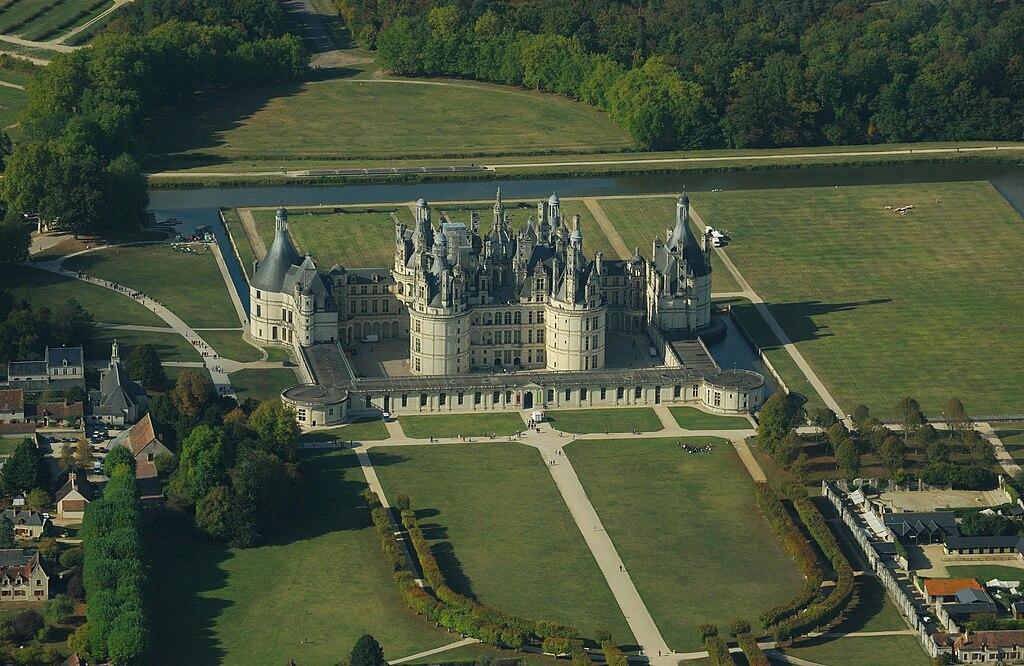 File chambord castle aerial wikimedia commons - Castillo de chambord ...