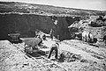 Chylice. Cegielnia w Chylicach. Teren glinianek. Widoczny koń zaprzęgnięty do wózka zwożącego po szynach glinę (367-22).jpg