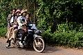 Cinq personnes roulant sur une mobylette au Cambodge.jpg