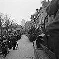 Colonne met amfibievoertuigen rijdt door de straten van Veere, Bestanddeelnr 900-4056.jpg